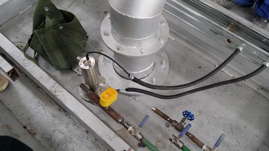 正在安装的浮法玻璃生产线退火窑出口红外测温仪DT40L